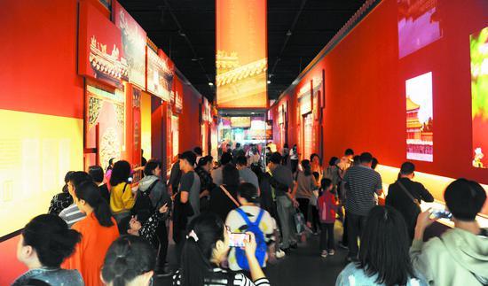"""市民和游客在成博参观""""走进重华宫""""主题展。图据成都日报"""