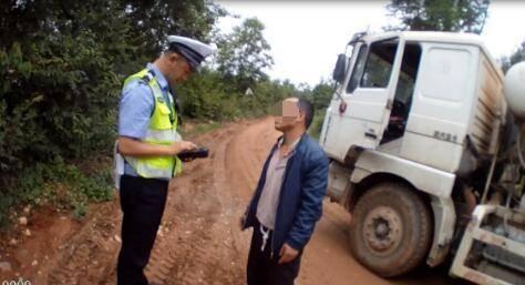 持C照开重型货车 驾驶员强行冲卡被行政拘留5日