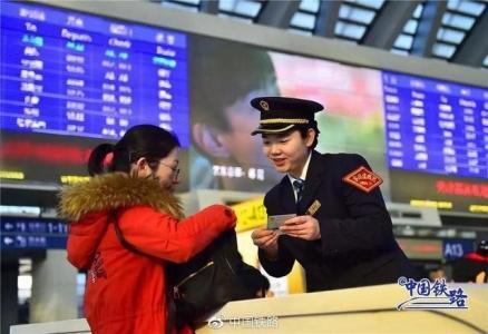 乘务员向乘客介绍春运进站新方式(资料图)