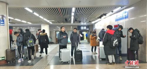 """【民生调查局】""""黄牛""""黄了?春运火车票背后的博弈"""