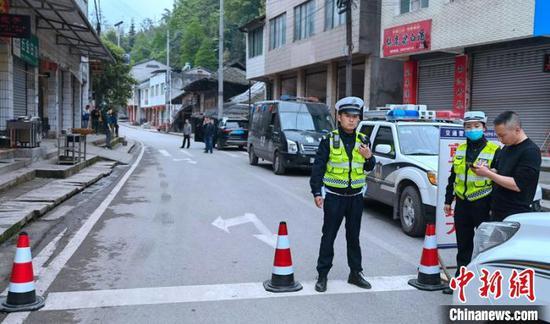 前往瓦屋山的道路已实施管控。 刘忠俊 摄