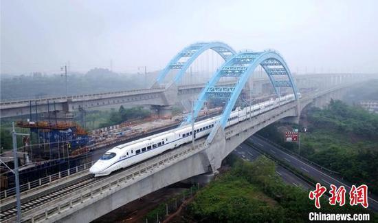 运行列车穿过自贡境内的高架桥。 李皖皓 摄
