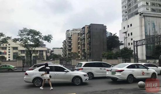 成都街头,有网约车停靠路边等待乘客 四川在线资料图片