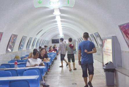 9月2日,市民在成都市人民公园防空洞纳凉。
