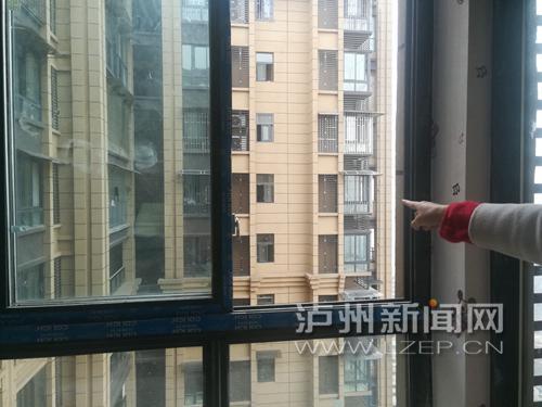 业主罗女士说,原本安装的4个价值近1万元的保险窗已经全部被拆除。