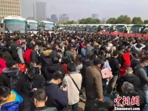 资料图:69辆大巴载着南京及周边城市3300多人分线?#25151;?#36212;64家楼盘。 朱晓颖 摄
