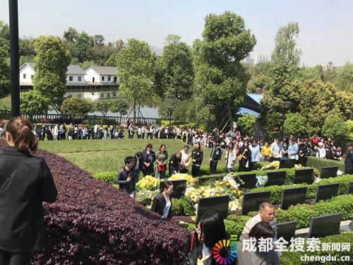 市民排着长长的队伍为烈士献花