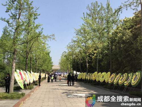成都烈士陵园内摆满了花圈