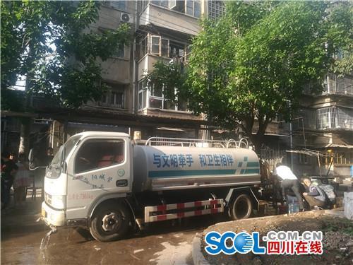 环卫车队义务送水