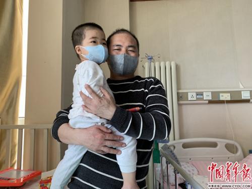 蒋军省及其儿子 程盟超/摄 图片来源:中国青年报