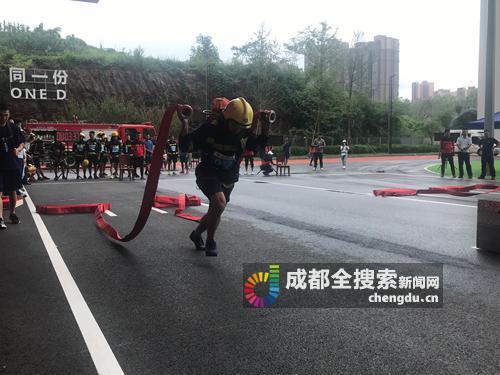 扛着30余米长的重物登塔 成都消防员备战世警会