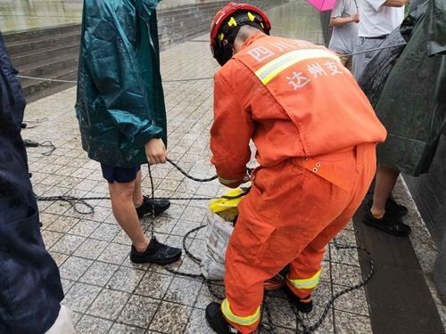 达州暴雨致河水暴涨2名钓鱼群众被困岸边 消防紧急处置