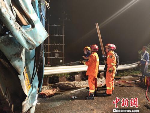 广东沈海高速发生一起大巴侧翻事故 致7人死亡11人受伤