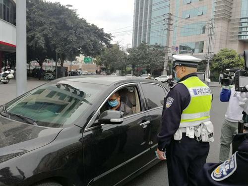 复工复产严管交通秩序 成都交警整治机动车不礼让行人违法
