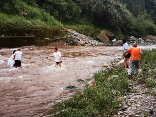 游客瓦屋山耍水遇山洪 被路过的景区工作人员施救脱险