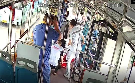 点赞!男子公交车上昏迷 路过女护士急救累瘫