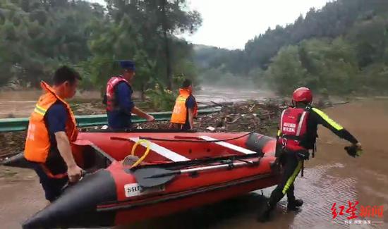 营山双流镇最深处积水达1.5米 工作人员逐户喊醒居民避险