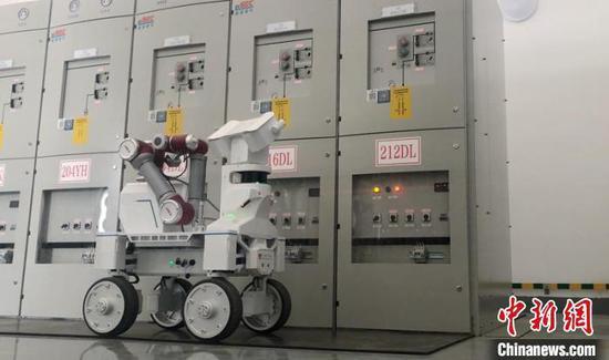智能巡检机器人在变电所开展巡检。 林家磊 摄