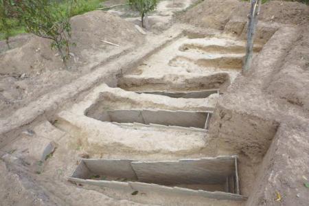 营盘山石棺葬墓地,考古人员整理出土的器物。