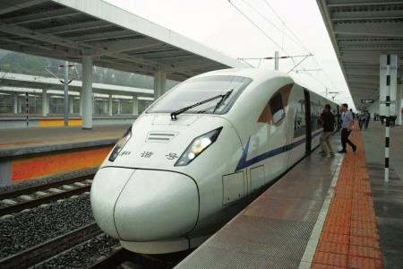 4月12日,记者体验成贵高铁四川段试乘动车组。