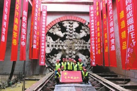4月13日,成都地铁9号线华兴站-簇桥站区间、武青南路站-簇桥站区间4台盾构机相继出洞,实现双区间双线贯通。