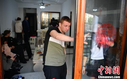 Liam McCarthy与妻子一起贴窗花。 刘忠俊 摄
