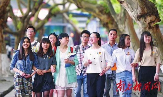川北医学院学子行走在校园里