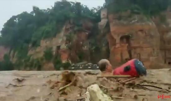 洪水中游泳,视频截图