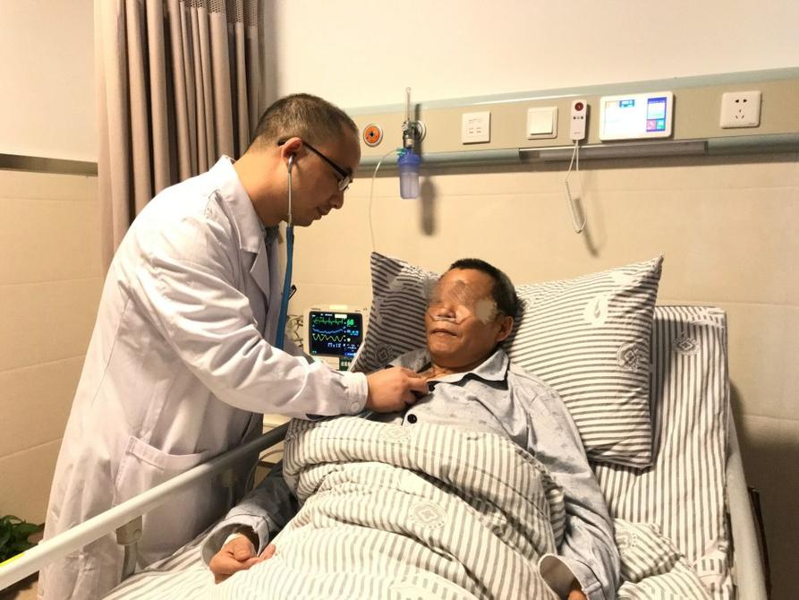 男子麻将桌上心肌梗死 医护人员上万次心脏按压拣回一条命