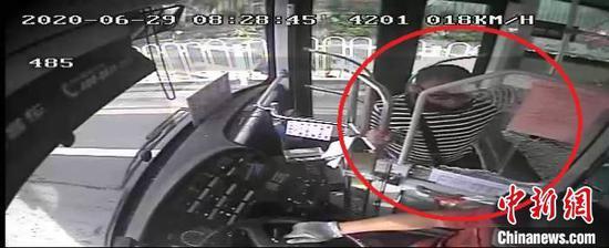 男子砸烂公交车驾驶室防护玻璃被刑拘