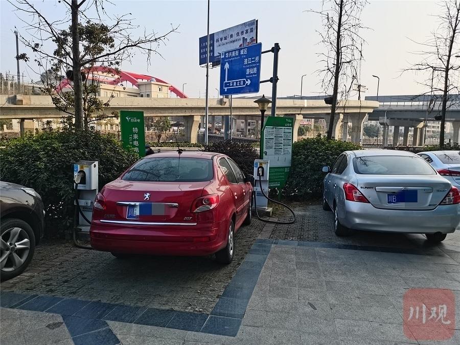 绵阳等地新能源车车主吐槽充电难:燃油车霸座充电车位为啥没