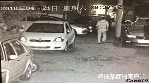 成都一小区4辆车被泼腐蚀性液体 嫌疑人被抓获