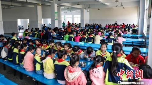 4月新规:多行业迎减税红包 中小学要建立陪餐制