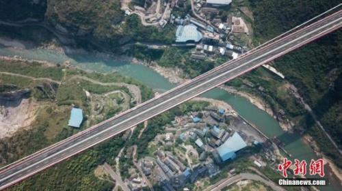 资料图:位于贵州省习水县的世界山区峡谷第一高塔悬索桥――赤水河红军大桥。中新社记者 瞿宏伦 摄