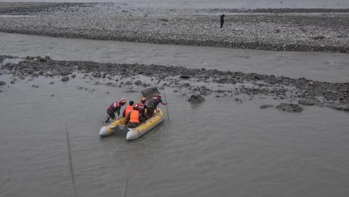 男子不听劝阻下河被困 淡定抽烟拍照等救援