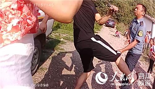 犯罪嫌疑人马某殴打执法人员。