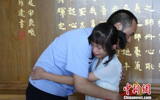 获救女孩和郑俊良。 钟超 摄