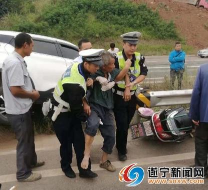交警巡逻途中参与事故救援 暖心举动受市民点赞