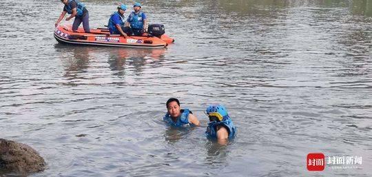 一辆成都牌照越野车在四川宣汉坠河 驾驶员不幸溺亡