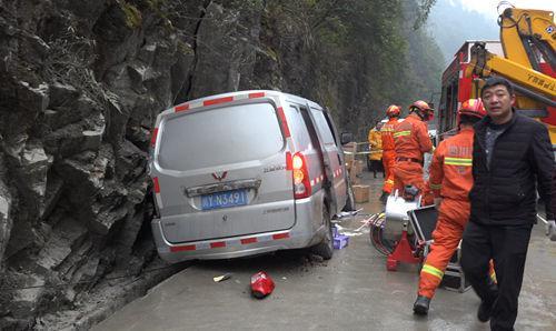 救援人员正在现场营救被困司机。(摄影唐靖濠)