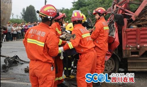 广元一小型货车追尾水泥挂车 致两人死亡一人受伤