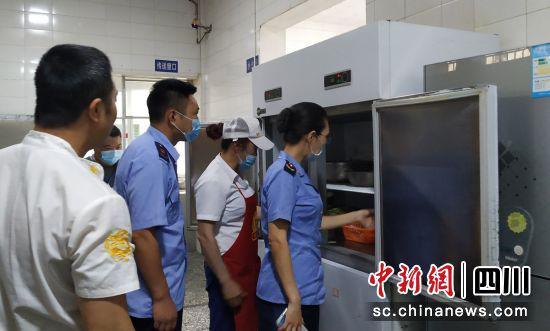 严格监管学校食品安全(荣县市场监管 供图)