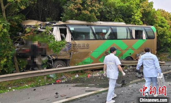 沪蓉高速南充段交通事故中的小车司机被带走调查