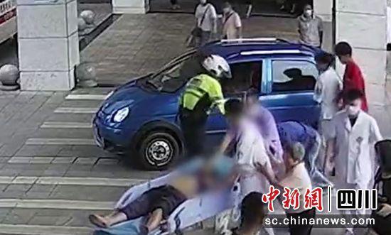 自贡:老人突发心梗生命垂危 儿子求助交警紧急护送