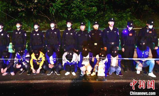 专案组民警将22名嫌疑人押解至广元。广元警方供图
