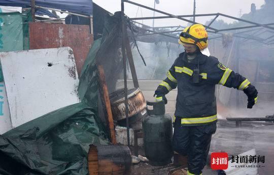 液化气罐泄漏起火 消防员从起火餐馆抱出7个液化气罐