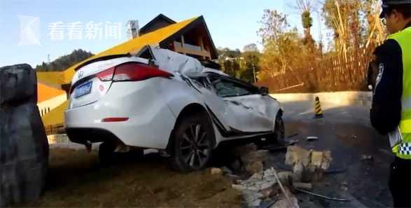 """视频 男子酒驾撞上护栏 车内妻子从车窗""""飞""""了出去"""
