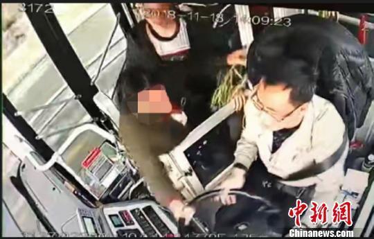 视频截图。 绵阳公交公司提供 摄