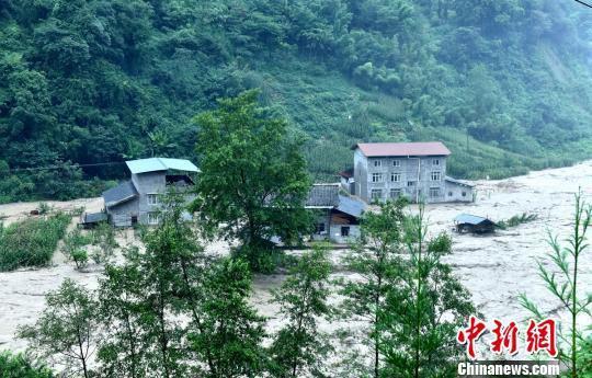 房屋被淹。 桑锦 摄
