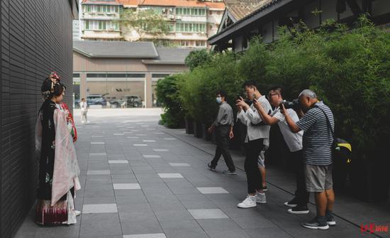 成都太古里街头的摄影师正在给路人拍照